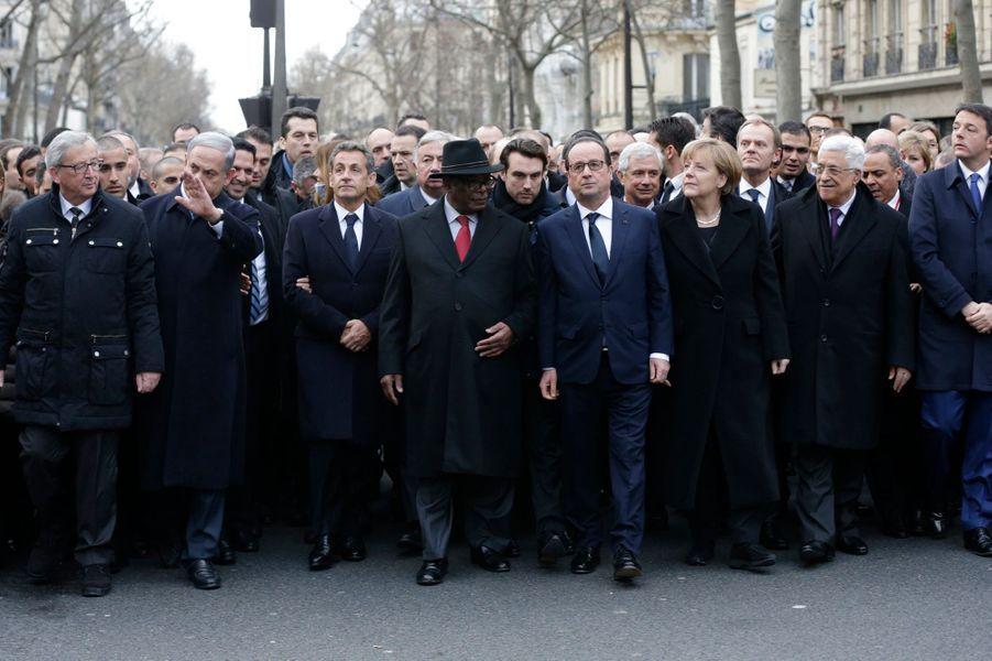 François Hollande est encadré par la chancelière allemande Angela Merkel et le président malien Ibrahim Boubacar Keïta.