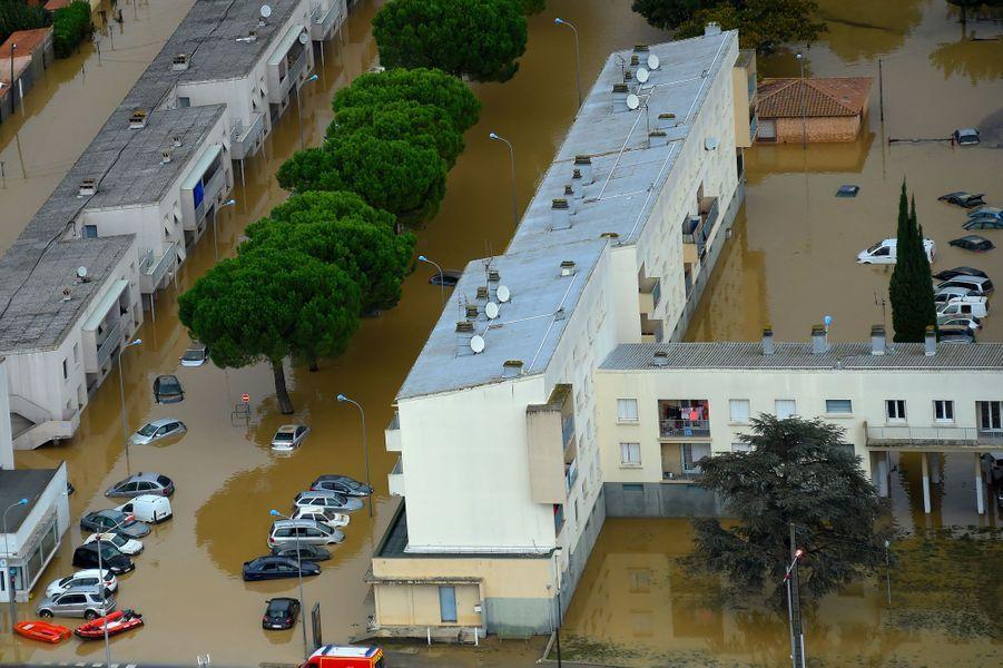 Vue aérienne deTrèbes, dans l'Aude, après les inondations, lundi.