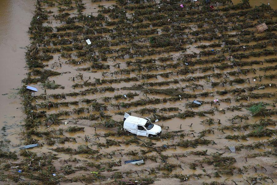 Vue aérienne deVillegailhenc, dans l'Aude, après les inondations, lundi.