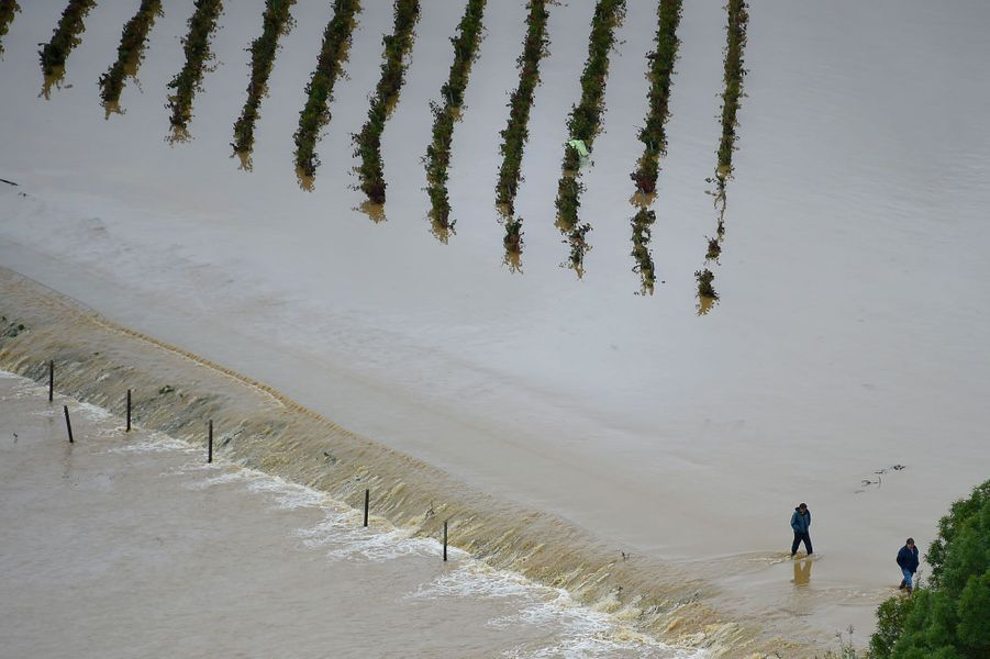 Vue aérienne deVillemoustaussou, dans l'Aude, après les inondations, lundi.