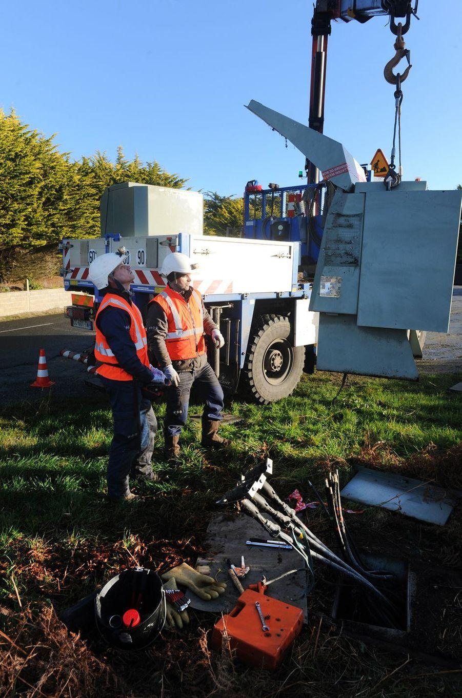 Un technicien répare un câble électrice à Trégung, dans le Finistère, le 13 janvier 2017.