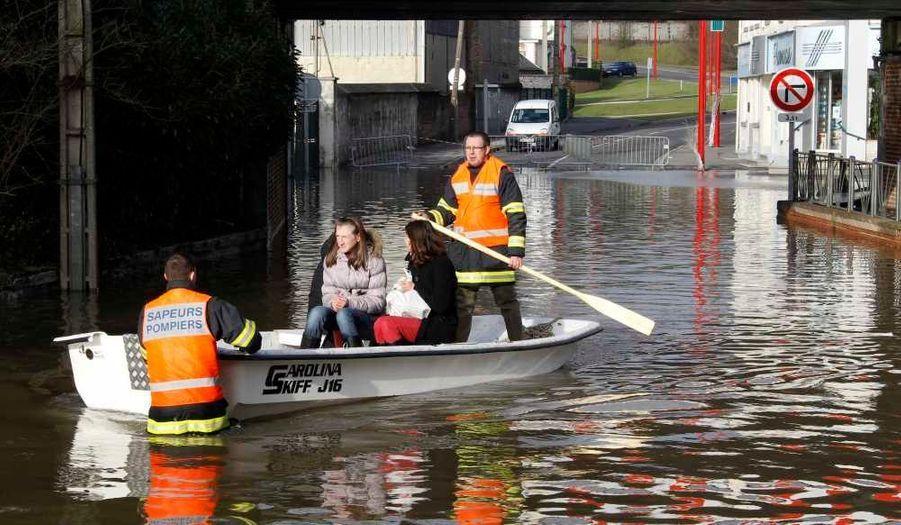 Des pompiers français évacuant les résidents de la ville de Jeumont, dans le Nord, en proie à des inondations importantes.