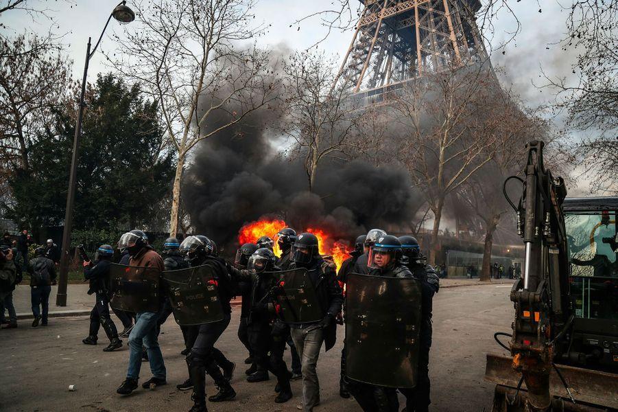 Ce samedi à Paris, du mobilier urbain et des distributeurs de banques ont été cassés, une dizaine de véhicules a été incendiée, principalement des voitures de luxe, mais aussi une voiture de la mission antiterroriste militaire Sentinelle. Près de 4000 gilets jaunes manifestaient dans la capitale.