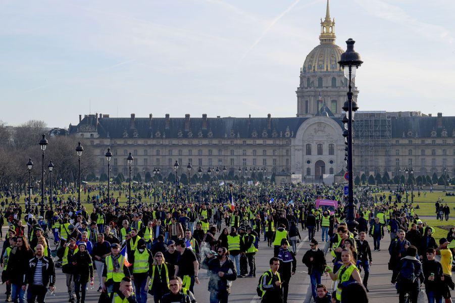 Des «gilets jaunes» non loin des Invalides à Paris, samedi 16 février.