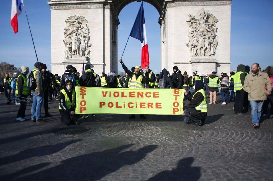 Des «gilets jaunes» place de l'Etoile à Paris, samedi.