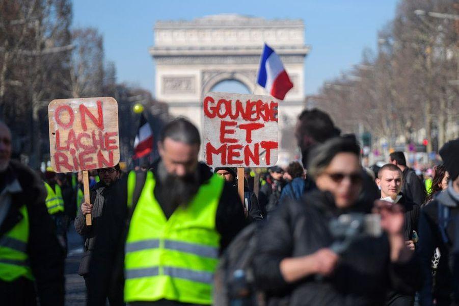 Des «gilets jaunes» sur les Champs-Elysées, à Paris, samedi.