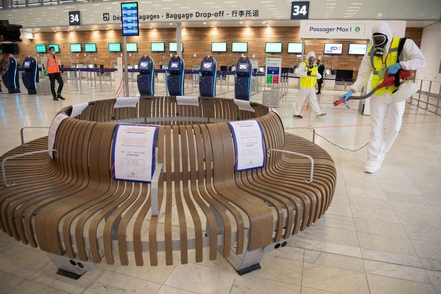 7000 affiches et autocollants ont été disposés dans l'aéroport pour indiquer les protocoles sanitaires aux passagers.