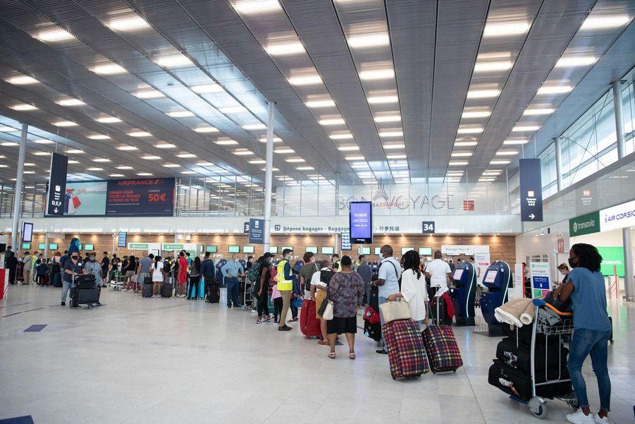 Les passagers faisaient la queue pour enregistrer leurs bagages ce matin à l'aéroport d'Orly.