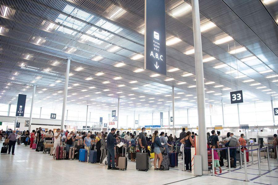 Le port du masque est obligatoire dans l'aéroport et à bord des appareils.