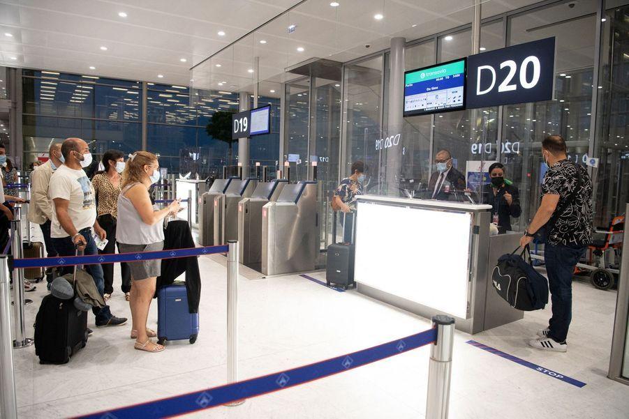 137 plexiglas ont été installés dans l'aéroport à cause de l'épidémie de coronavirus.