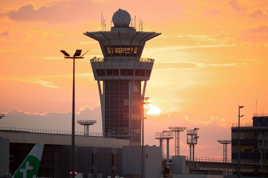 Lever de soleil sur la tour de contrôle d'Orly, le 26 juin 2020.