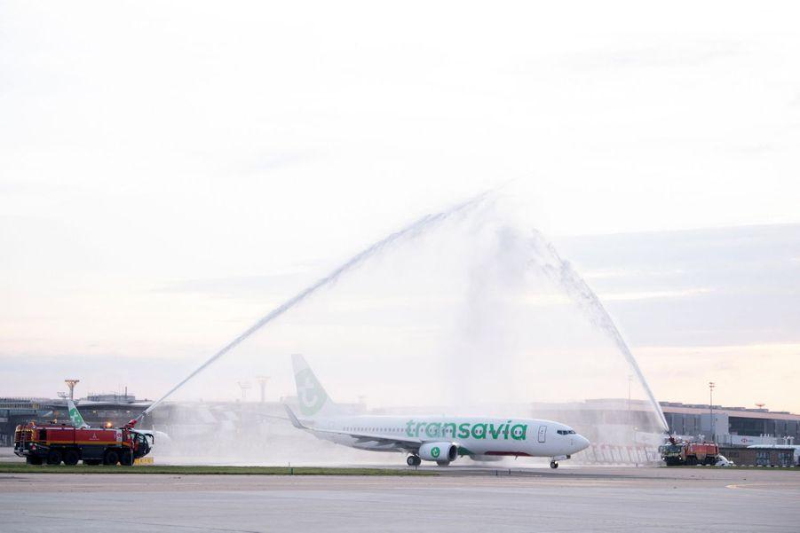 """Le premier vol de la journée a eu le droit à un """"water salute"""", un bel hommage dans l'aviation."""