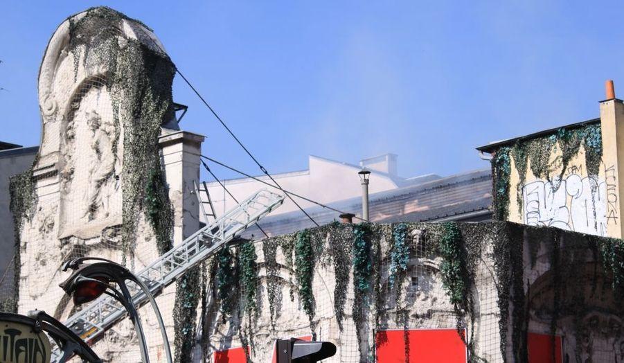 Des fumées s'échappent du toit