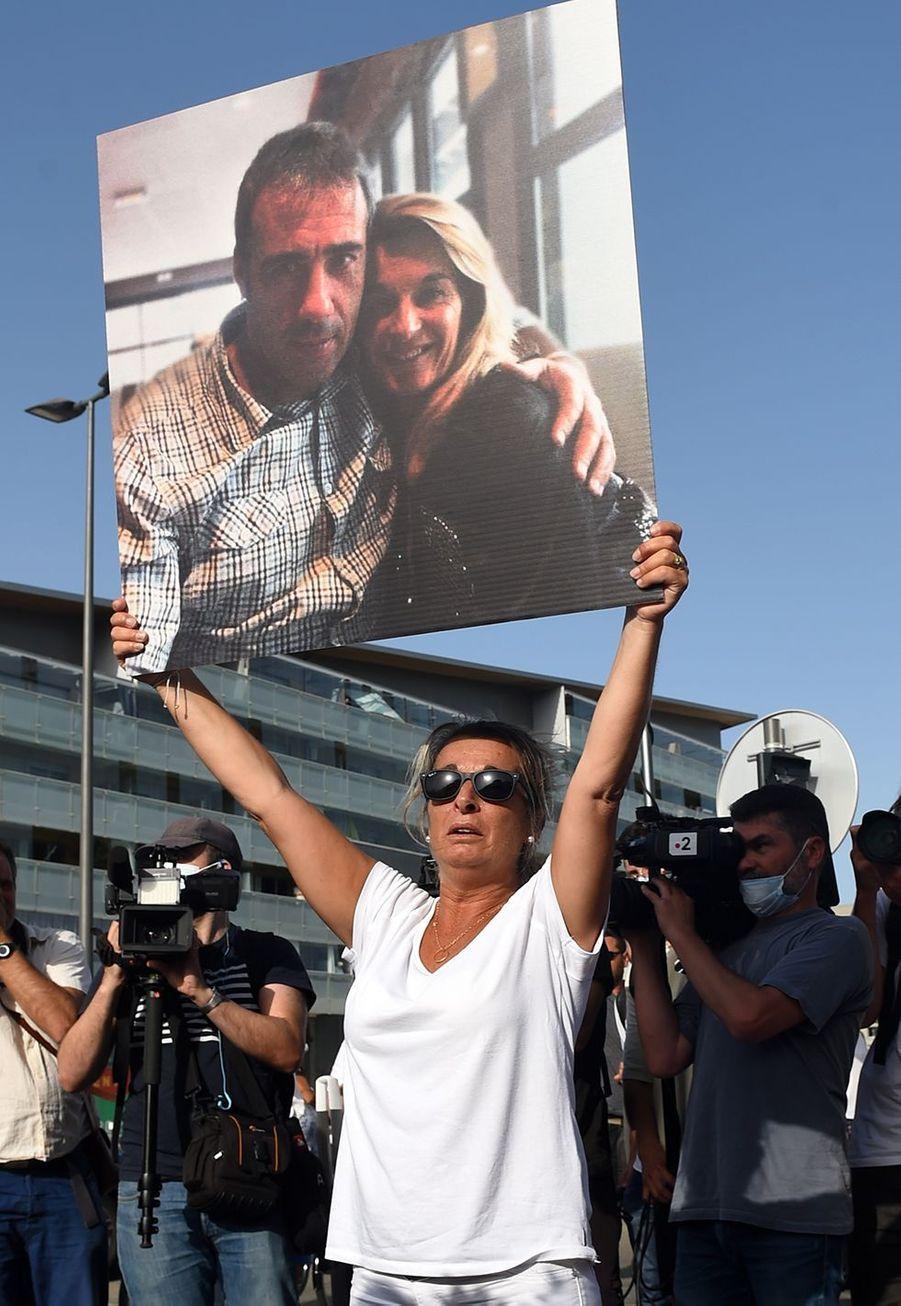 VéroniqueMonguillot brandissant une photo d'elle avec son mari