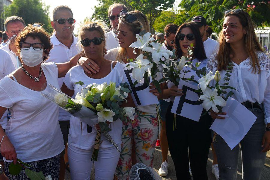 La femme et les trois filles dePhilippe Monguillot lors de la marche blanche à Bayonne, mercredi