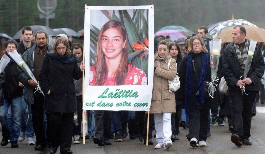 «On est là aujourd'hui pour honorer sa mémoire.» Réunie dans une association, la famille biologique de Laëtitia Perrais a organisé mercredi une marche blanche en souvenir de la jeune fille de 18 ans, enlevée et tuée dans la nuit du 18 au 19 janvier 2010 à La Bernie-en-Retz. Le cortège est parti de l'église du village jusqu'au cimetière. Devant la sépulture de sa fille, Franck Perrais a évoqué un «long combat»: «On sera là chaque année», a-t-il lâché devant les journalistes.