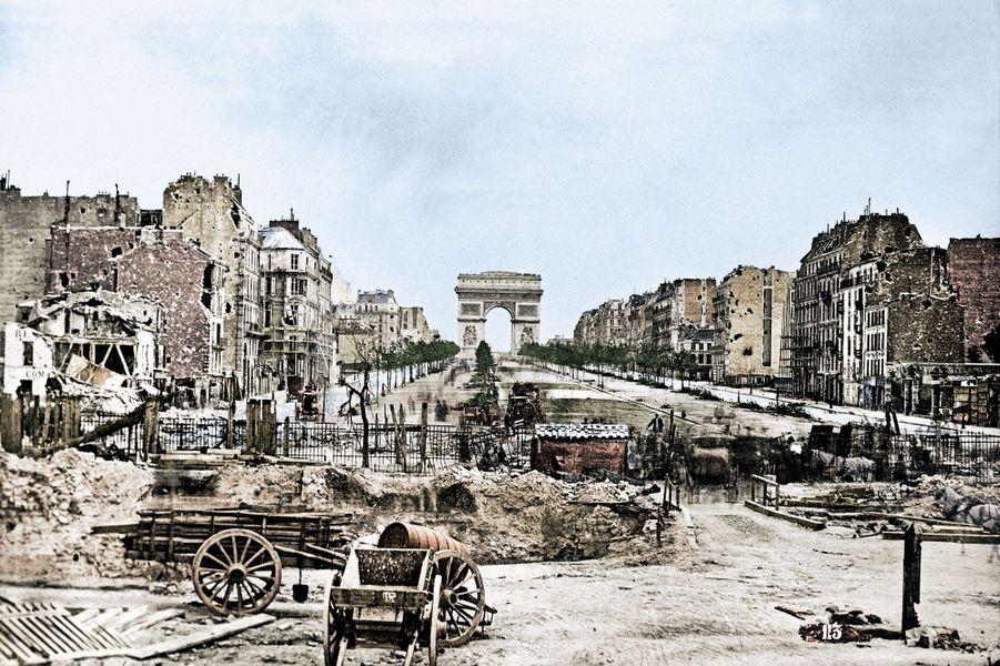 L'arc de triomphe de l'Etoile est intact, mais la porte Maillot est en ruine. En 1870, les Prussiens ont assiégé la capitale.