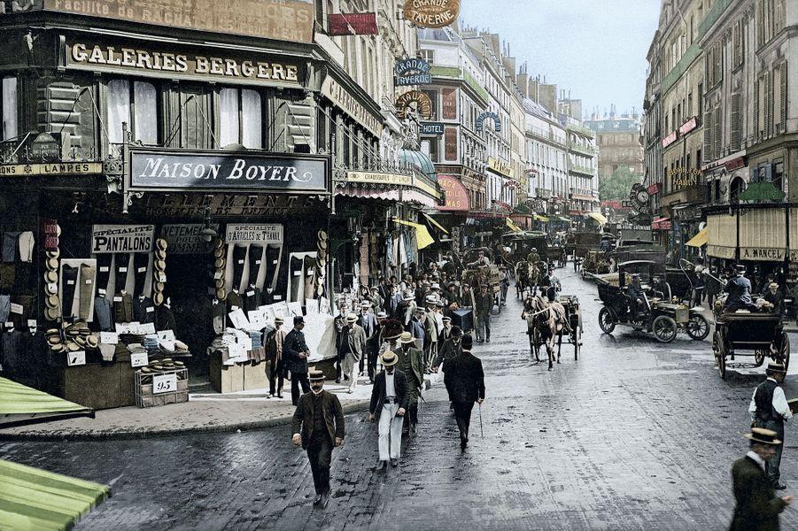 La Belle Epoque rue du Faubourg-Montmartre, à l'angle des rues de la Grange-Batelière (à dr.) et Geoffroy-Marie, vers 1900. Parmi les voitures à cheval, une nouveauté : l'automobile.