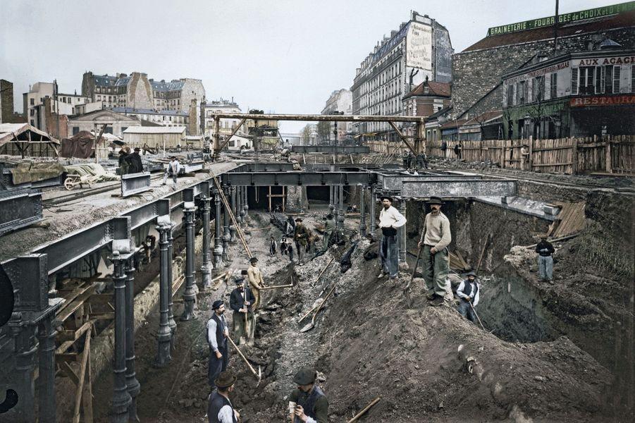 C'est à la pelle et à la pioche qu'ils creusent le tunnel de la première ligne du métro, entre la porte Maillot et le château de Vincennes. Elle ouvrira à temps pour l'Exposition universelle en 1900.