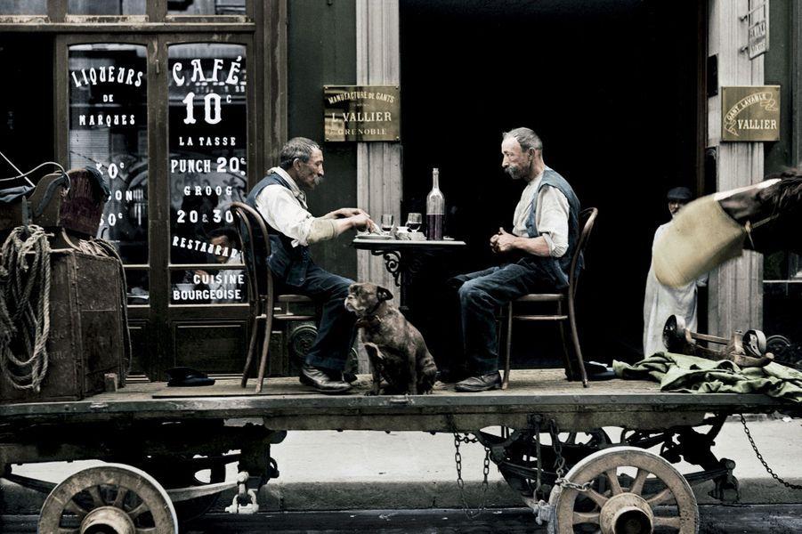 L'ancêtre du food truck : déjeuner sur un camion, devant une brasserie parisienne, en 1917. A l'arrière, la guerre impose des restrictions bénignes.