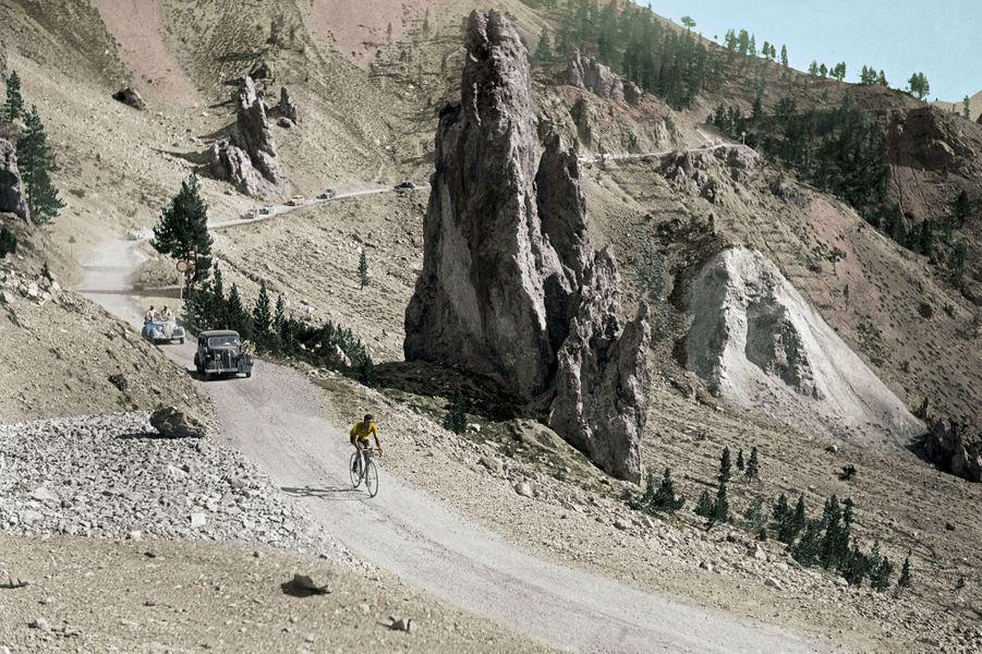Le « roi de la montagne », alias l'Italien Gino Bartali, dévale une route pas encore goudronnée de la Casse déserte, lors de l'étape Digne-Briançon du Tour de France 1938, qu'il va gagner.