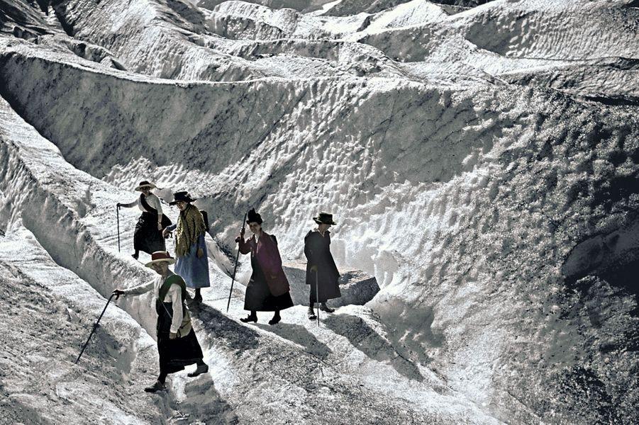 C'est en jupe que ces vacancières découvrent la mer de Glace en 1919. Après la Première Guerre mondiale, quelques femmes s'enhardissent, mais elles attendront 1945 pour pouvoir voter.