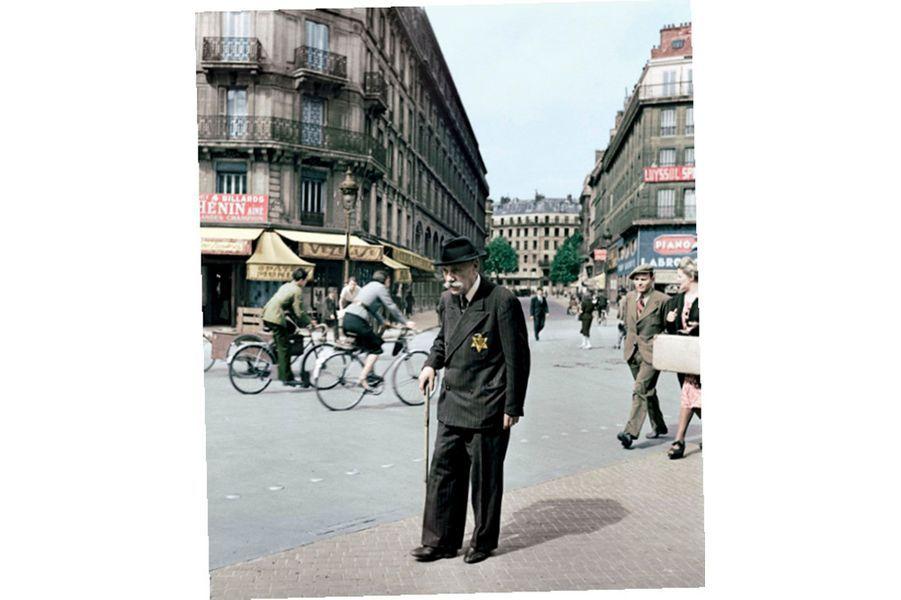 Même ceux qui ont combattu à Verdun n'y échappent pas. L'étoile juive vient d'être imposée par la huitième ordonnance allemande. Interdictions professionnelles, accès réglementés aux magasins et, bientôt, rafles et déportations. A Paris, à l'angle des rues du Renard et de Rivoli, en juin 1942.
