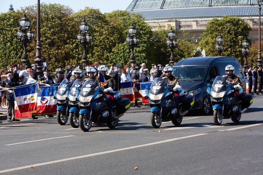 Le convoi funéraire sur le pont Alexandre III le 27 juillet 2020.