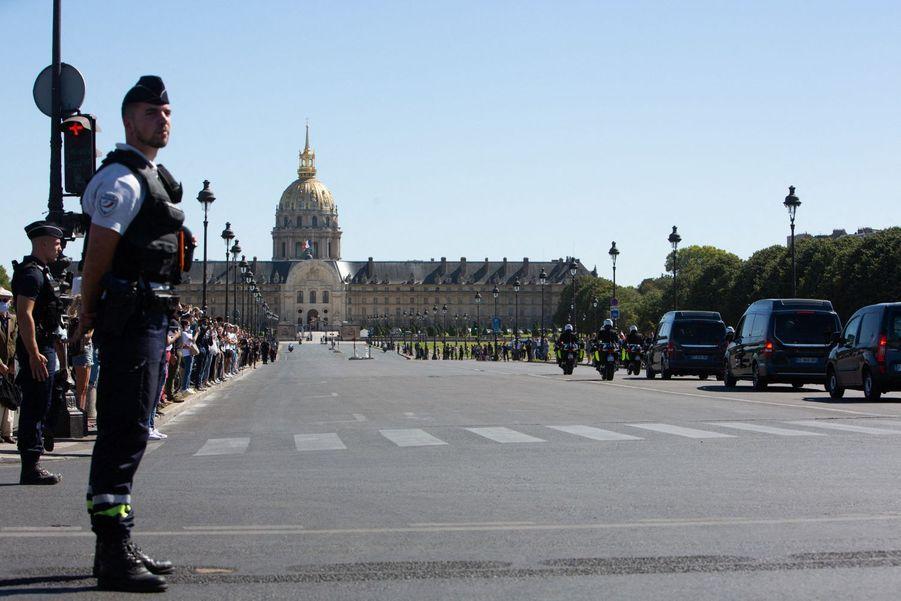 Des soldats étaient postés de part et d'autre du pont.