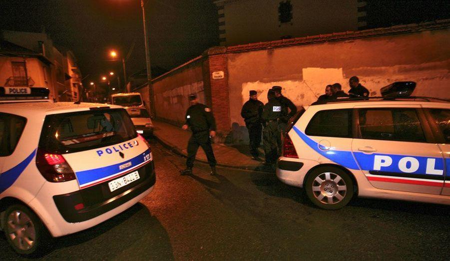 Vers 5h40, alors que les policiers tentaient d'entrer dans l'appartement où s'était retranché le suspect, ils ont essuyé de nombreux tirs. Trois fonctionnaires ont été blessés.