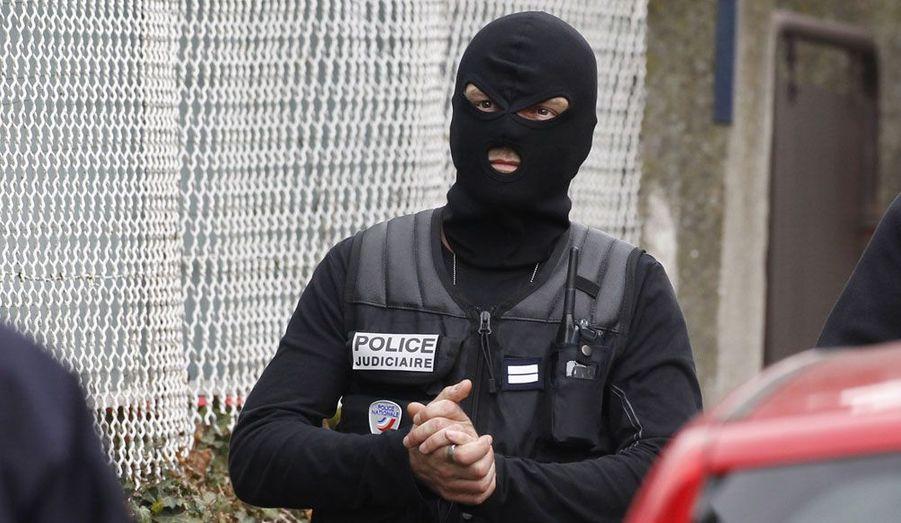 Un membre de la police judiciaire en tenue d'intervention, mercredi, à Toulouse. Vers 10h50, le contact entre le suspect et les policiers a été rompu. Les discussions ont repris vers 13 heures.