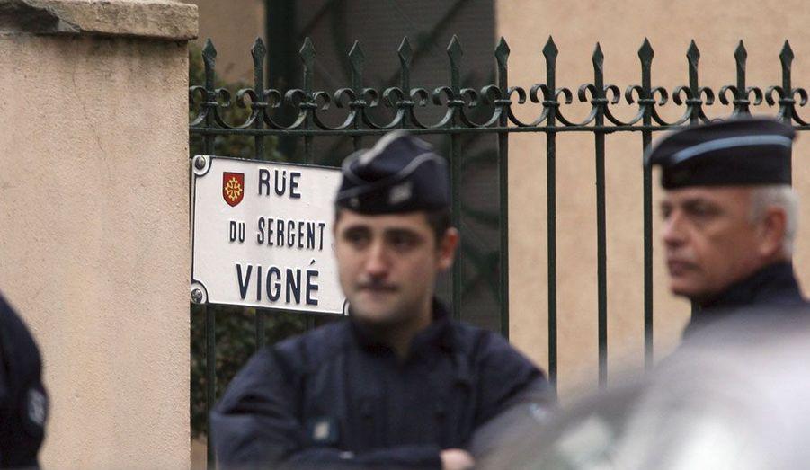 Le quartier de la Côte Pavée à Toulouse, bouclé depuis 3 heures du matin mercredi, a été investi par de nombreux policiers et par les forces du RAID, venus arrêter Mohamed Merah, suspect numéro un de la série de meurtres commis dans la région depuis le 11 mars contre des militaires et l'école juive Ozar Hatorah.