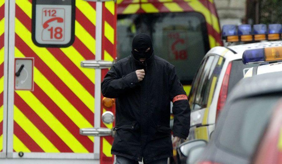 Un policier du RAID, mercredi, près de la rue du Sergent Vigné à Toulouse. Vers 9 heures du matin, le suspect a accepté d'échanger son Colt .45, arme présumée des trois tueries, contre un talkie-walkie pour discuter avec les négociateurs du RAID.
