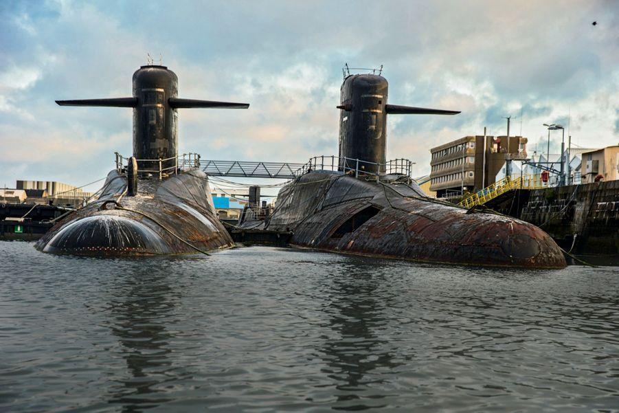 « L'Inflexible » et « Le Foudroyant », dont une des barres de plongée a retrouvé du service sur un sous-marin encore opérationnel, dans le bassin Napoléon-III. Derrière eux, « Le Terrible ».