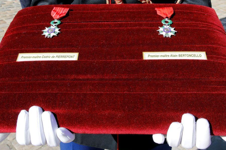 Les médailles qui seront remises sur les cercueils des deux soldats.