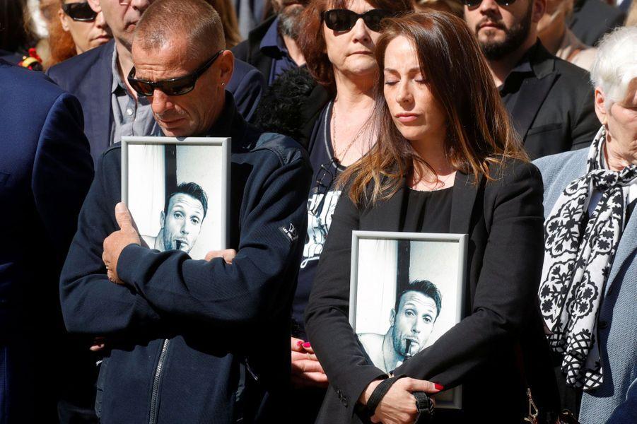 Les familles des deux soldats tués aux Invalides.