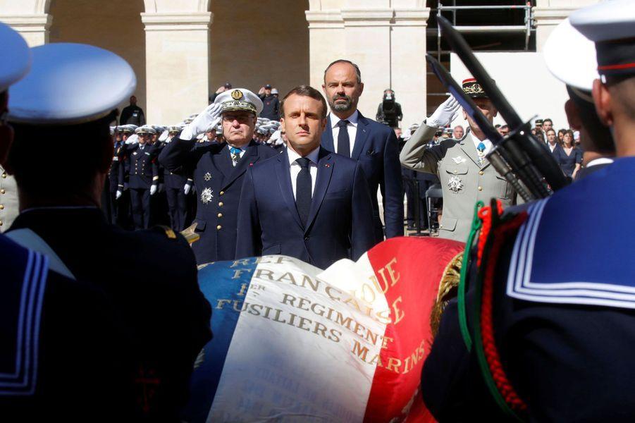 Emmanuel Macron aux Invalides rend hommage aux deux soldats tués.
