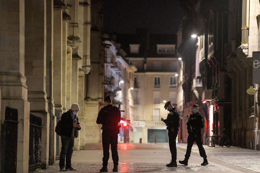 Une personne contrôlée par des policiers, à Rouen