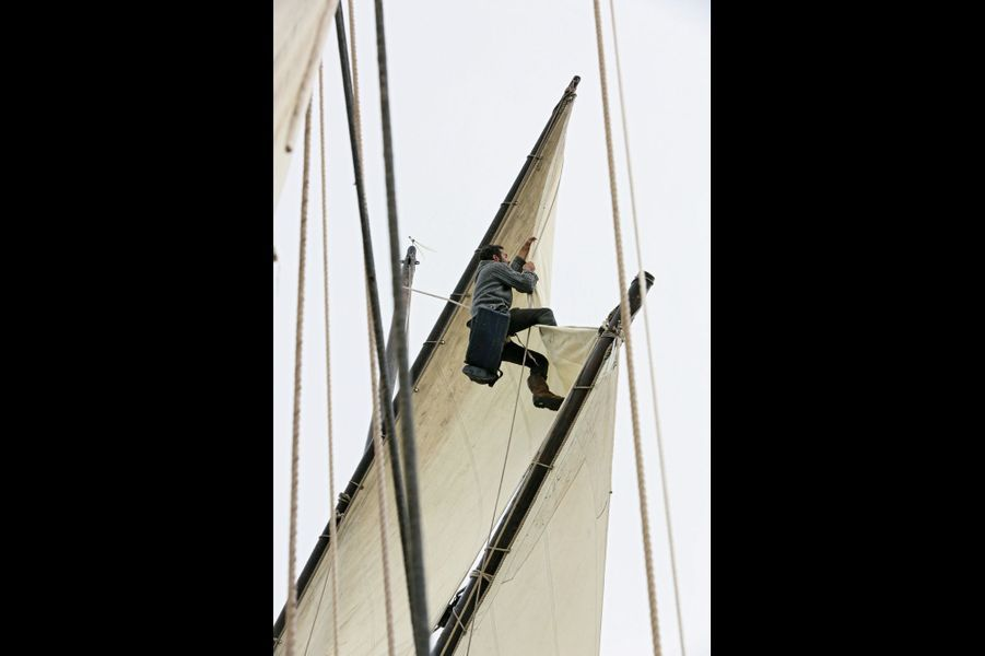 Pour remettre les cordages en place, Erwan a dû monter dans les voiles.