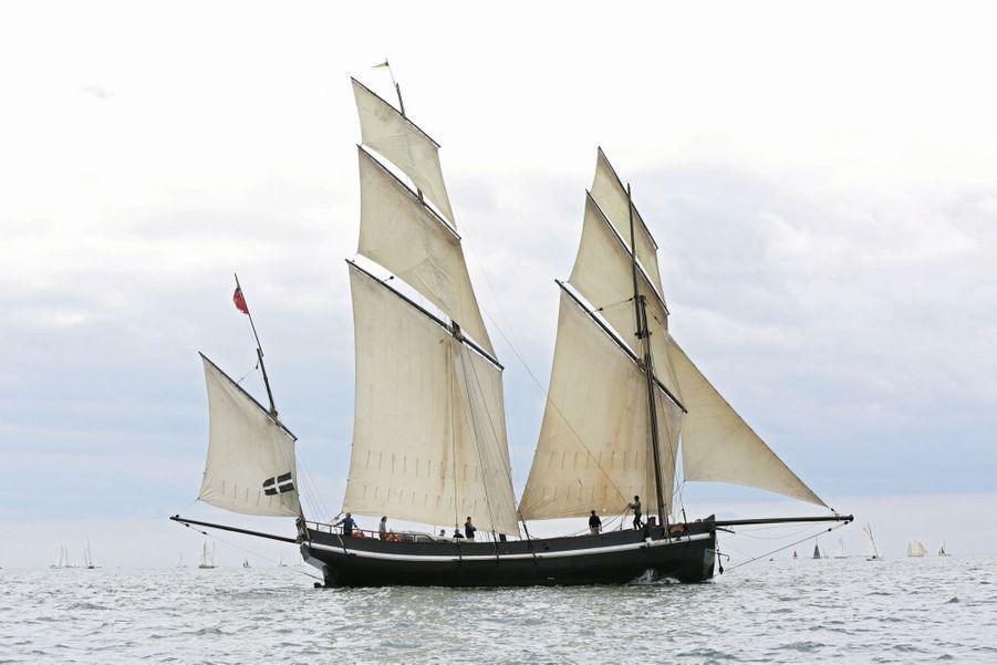 Le «Grayhound», réplique d'un trois-mâts du XVIIIe siècle, quitte la baie de Falmouth, en Angleterre, pour Douarnenez.