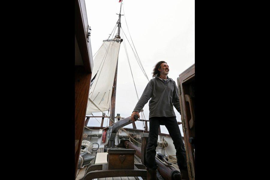 Marcus à la barre franche, comme sur les anciens voiliers. Bien plus difficile à manier que la barre à roue.