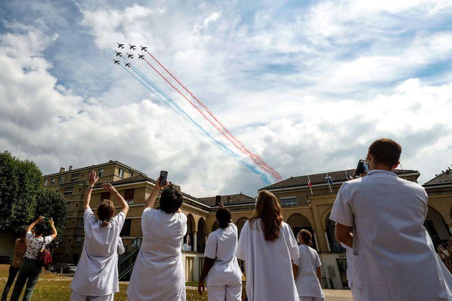 LaPatrouille de France mercredi au dessus de l'hôpital Avicenne à Bobigny.