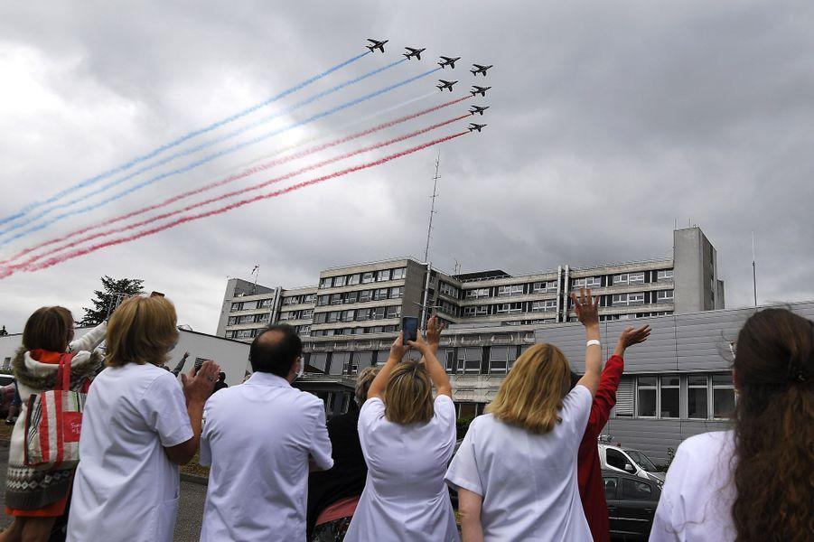 LaPatrouille de France jeudi au dessus de l'hôpitalEmile Muller à Mulhouse.