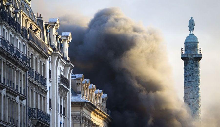 Un important incendie s'est déclaré dans un parking place Vendôme, à Paris, jeudi en fin d'après-midi. De nombreuses voitures seraient en flammes, causant la formation d'une épaisse fumée noire. L'incendie aurait fait un blessé léger. Le feu était circonscrit en début de soirée, mais les pompiers n'étaient pas parvenus à l'éteindre complètement.