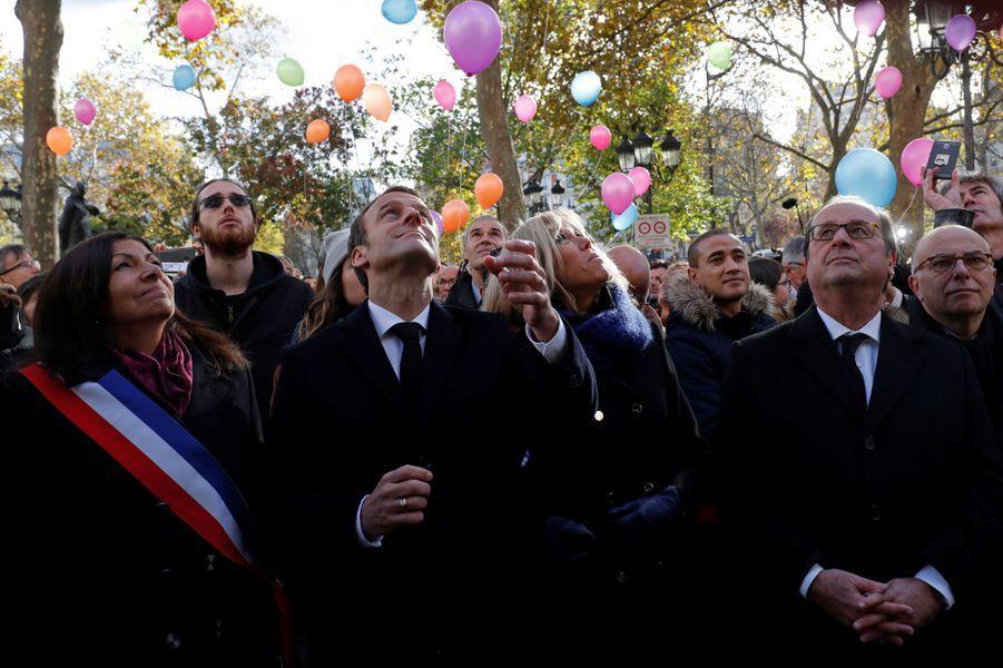 Anne Hidalgo, Emmanuel et Brigitte Macron, François Hollande et Bernard Cazeneuve lors du lâcher de ballons devant la mairie du XIe arrondissement,en hommage aux victimes du 13 novembre 2015.