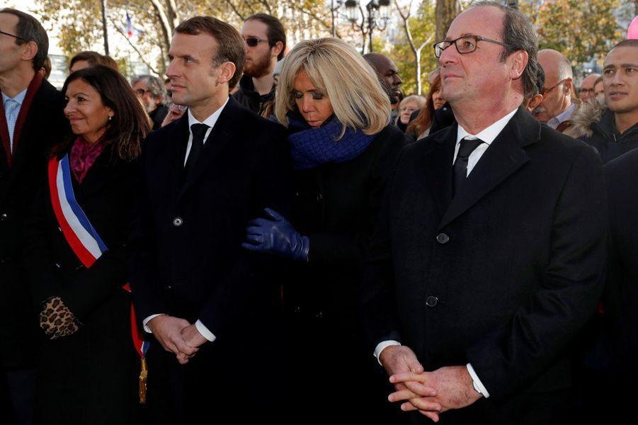 Anne Hidalgo, Emmanuel et Brigitte Macron, François Hollande àla mairie du XIe arrondissement pour unhommage aux victimes du 13 novembre 2015.