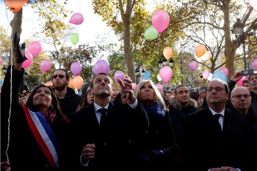 Anne Hidalgo, Emmanuel et Brigitte Macron, François Hollande et Bernard Cazeneuve lors du lâcher de ballonsdevant la mairie du XIe arrondissement,en hommage aux victimes du 13 novembre 2015.