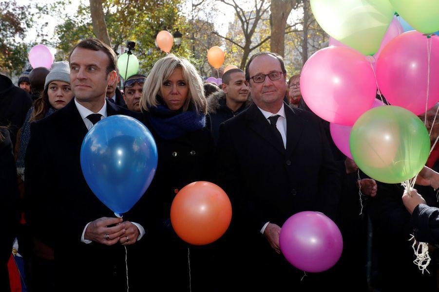 Emmanuel et Brigitte Macron, François Hollande lors du lâcher de ballonsdevant la mairie du XIe arrondissement,en hommage aux victimes du 13 novembre 2015.