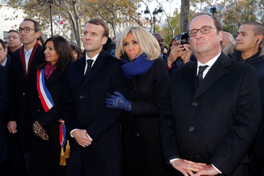 Anne Hidalgo, Emmanuel et Brigitte Macron, François Hollande devant la mairie du XIe arrondissement lors d'unhommage aux victimes du 13 novembre 2015.