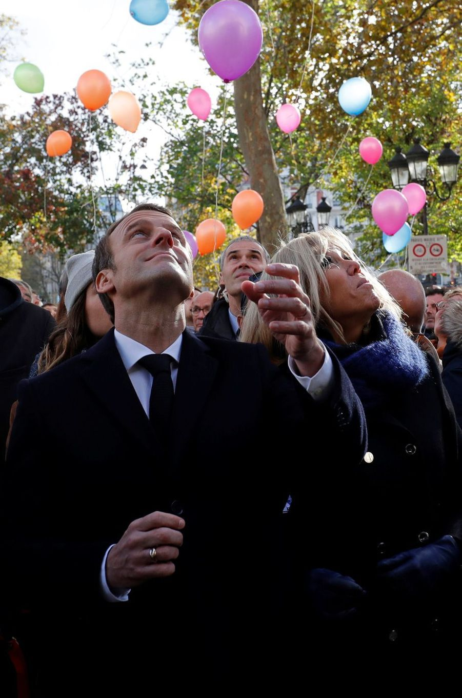 Emmanuel et Brigitte Macron lors du lâcher de ballonsdevant la mairie du XIe arrondissement,en hommage aux victimes du 13 novembre 2015.